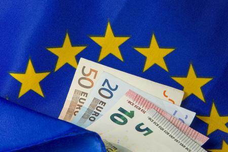 billets euro: Drapeau de l'UE et de billets en euros