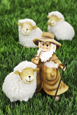 paschal lamb: Wool sheep figurines and shepherd on grass