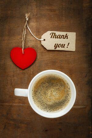 gratefulness: Taza de caf� y coraz�n en la madera oscura, Gracias Foto de archivo
