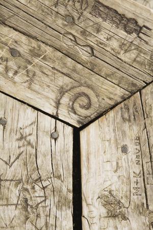 tallado en madera: Banco de madera con talla de madera Foto de archivo