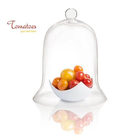 Tomaten in der Schüssel unter Glasglocke