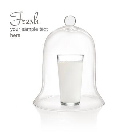 Glas Milch unter Glasglocke