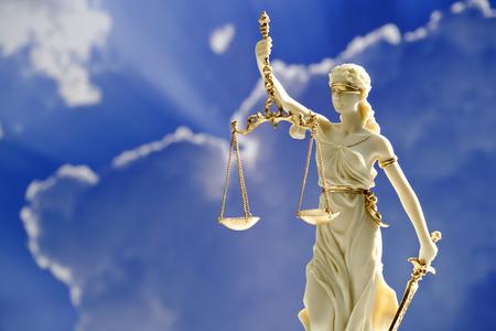 Beeldje van rechtvaardigheid die schalen Stockfoto