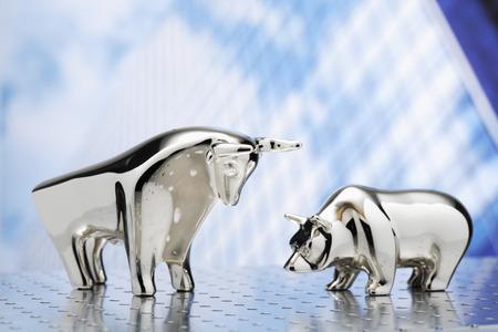 Bulle und Bär, Hochhaus im Hintergrund Lizenzfreie Bilder