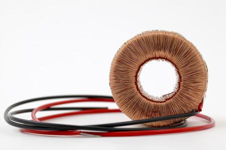 bobina: Componente inductivo, bobina de alambre de cobre, toroide Foto de archivo