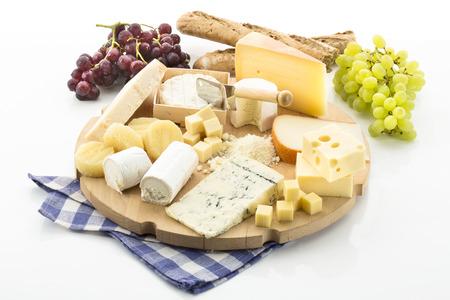 queso de cabra: Tabla de quesos con diferentes quesos y uvas Foto de archivo