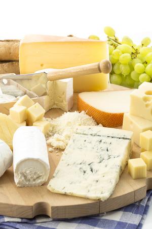 Käseplatte mit verschiedenen Käse und Trauben