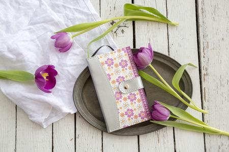 holz: Tulpen und Notizbuch auf Tablett, Schere und Tuch auf Holz