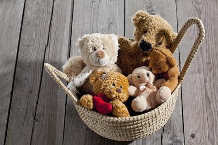 twee: Teddy-bears in basket on wood