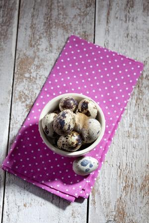 wachteleier: Bowl with quail eggs on napkin Lizenzfreie Bilder