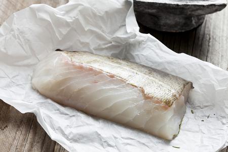 Row filetto di pesce, baccalà su carta da forno Archivio Fotografico