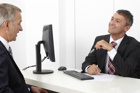 Office werknemer, consultant, in kantoor met opdrachtgever