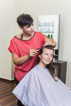 kapster: Jonge vrouw en vrouwelijke kapper