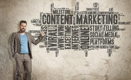 Content Marketing Word Cloud op Grunge Muur, Business Man als presentator
