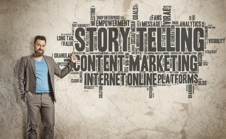 Story Telling Word Cloud op Grunge Wall, Business Man als presentator Stockfoto