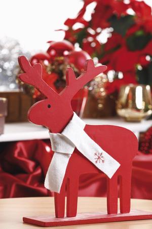 mo�o blanco: La decoraci�n de Navidad, estatuilla alces de madera con arco blanco, primer plano