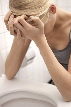 personne malade: Jeune femme en face de la cuvette de toilette