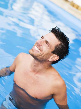 Homme dans la piscine, portrait