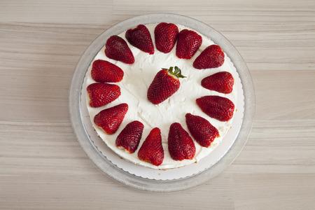 cream on cake: Fresa y crema de yogur pastel Foto de archivo