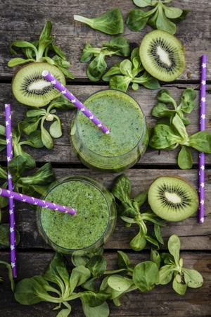 kiwi fruta: Batido de kiwi en copas