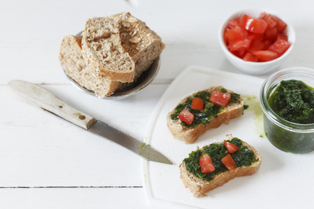 spelt: Spelt bread rolls with ramson spread and tomatoes
