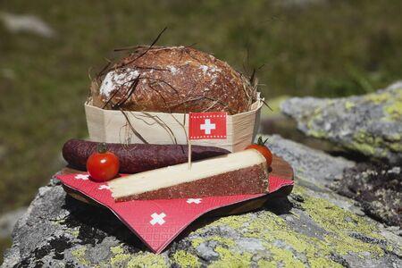 tomando refresco: Queso suizo, Saussage, pan, aperitivos, comida para los excursionistas, Valais, Suiza
