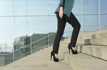 persona caminando: Empresaria caminar en las escaleras Foto de archivo