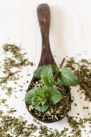 pepper mint: Pepper mint, fresh and dried on wooden spoon
