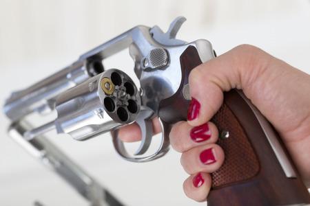 delincuencia: Mano femenina con rev�lver