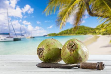 playas tropicales: Cocos con cuchillo en la madera, playa del Caribe