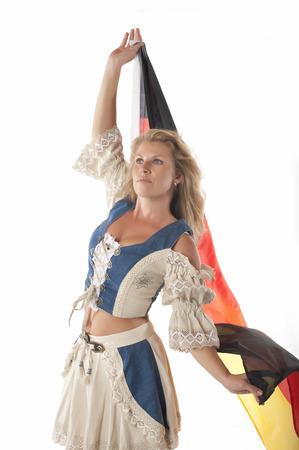 identidad cultural: Mujer en equipo dirndl alemán tradicional y bandera alemana