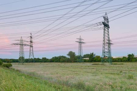 torres de alta tension: Alemania, Hamburgo, Torres de energía en la pradera Foto de archivo