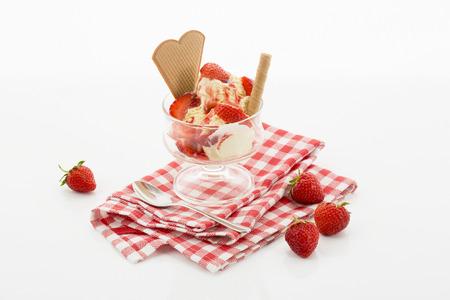 coppa di gelato: Gelato alla vaniglia e fragole fresche in sundae