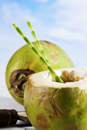 drinking straw: Noce di cocco con cannuccia Archivio Fotografico