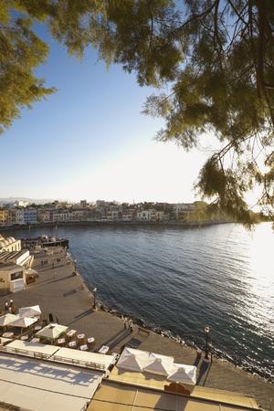 people on the background: Vista de la ciudad con el fondo la gente en Chania, Grecia