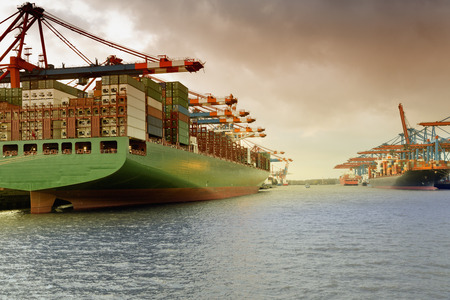 ハンブルク, ドイツの Waltershof の港でコンテナー船