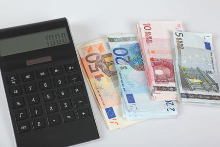 banconote euro: Le banconote in euro, calcolatrice, 1000 euro Archivio Fotografico