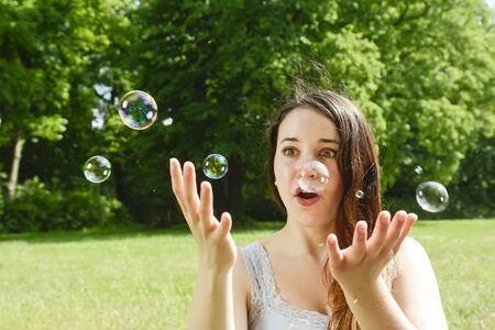 burbujas jabon: Mujer y pompas de jabón jóvenes