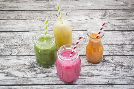 mamadera: Varios colores batidos de frutas en botellas de vidrio