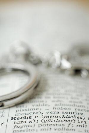delincuencia: Extrema de cerca de esposas en el diccionario