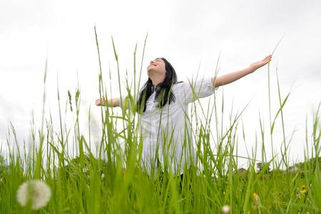 lebensfreude: Junge gl�ckliche Frau auf der Wiese