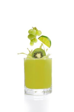 jugo de frutas: Jugo verde fruta de kiwi, lim�n y uva Foto de archivo