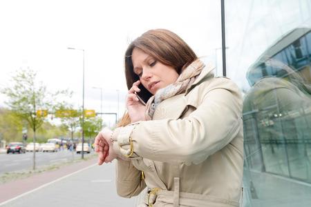 vrouwen: Jonge zakenvrouw controle tijd, Berlijn, Duitsland