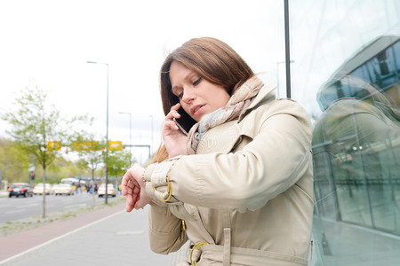mujer decepcionada: Tiempo de joven mujer de negocios de cheques, Berl�n, Alemania