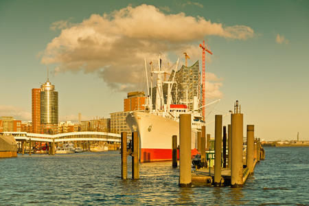 atmosphere construction: Germany, Hamburg, View to Elbe Philharmonic Hall with clouds