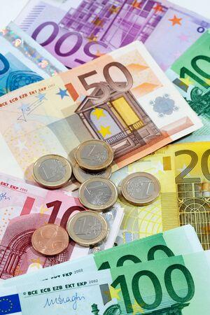 billets euros: Vaus billets et pièces en euros comme fond