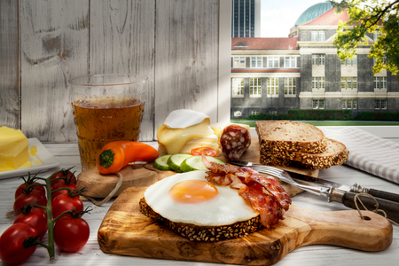lusty: Germany, Hamburg, Hearty supper, fried egg and bacon on protein bread