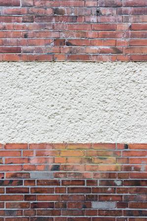 clinker: Parete esterna con area intonacato tra il rosso mattone di clinker, texture di sfondo