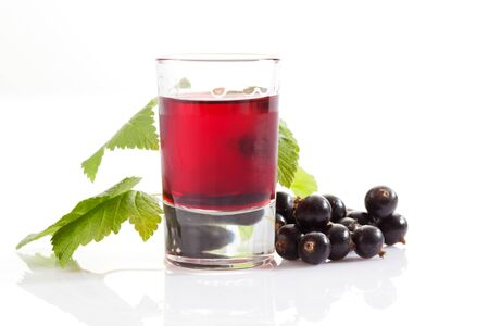 currants: Glasses with genever, black currants