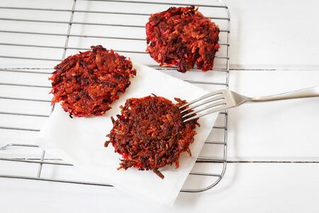 browns: Bedroot hash browns on grid, vegan Stock Photo